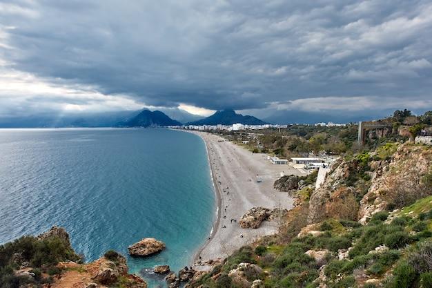 Vista sulla spiaggia della città della località turistica di antalya in turchia.