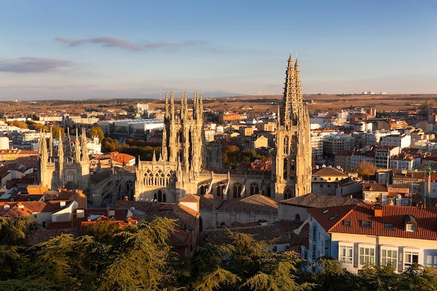Vista della città di burgos e della sua cattedrale al tramonto