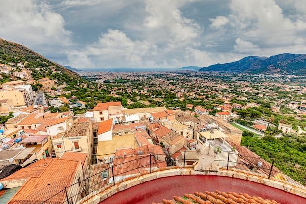 Veduta della città di monreale dal tetto del duomo. sicilia.
