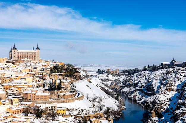 Veduta della città di toledo dopo la tempesta di neve a filomena. paesaggio urbano innevato della città.