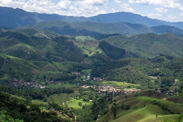 Vista della città di visconde de maua dalla cima della montagna