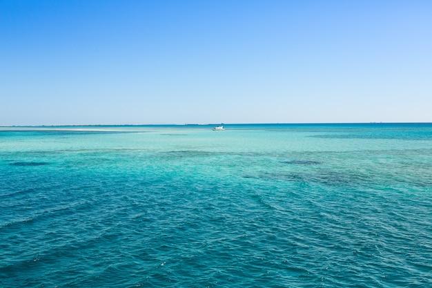Vista del mar rosso pulito e limpido in egitto