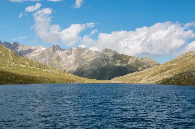 Visualizza closeup laghi marjelen, scena in montagna, percorso grande ghiacciaio dell'aletsch nel parco nazionale svizzera, europa. paesaggio estivo, tempo soleggiato, cielo azzurro e giornata di sole