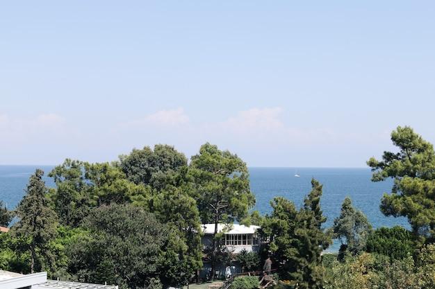Vista dell'hotel costiero, bella vacanza con vista sul mare