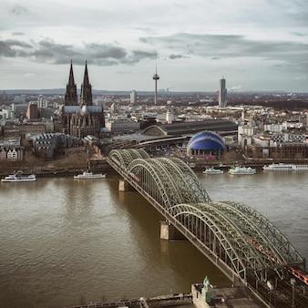Vista della cattedrale di colonia e del ponte di hohenzollern, guardando dalla torre del triangolo di colonia, colonia, germania