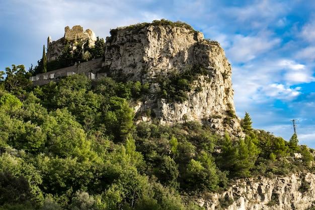 Vista sul fiume danubio nei cancelli di ferro noti anche come gole di djerdap in serbia