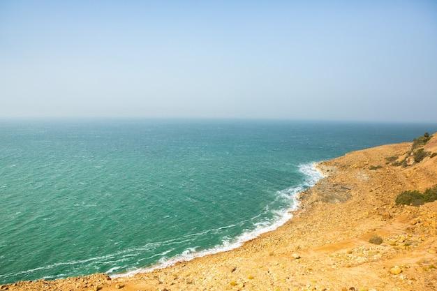 Vista della costa del mar morto al tramonto in giordania. cristalli di sale al tramonto