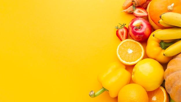 Sopra la vista deliziosa frutta e verdura