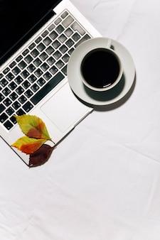 Vista del desktop con caffè e laptop