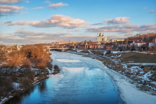 Vista sul fiume dnieper e la cattedrale dell'assunzione a smolensk sotto il cielo blu primaverile