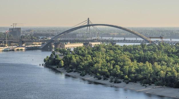 Vista del fiume dnieper e della città di kiev, ucraina, dal ponte pedonale in una soleggiata mattina d'estate