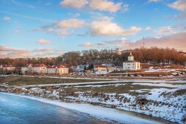 Vista sul fiume dnepr e sulla chiesa teologica di smolensk sotto il cielo blu primaverile