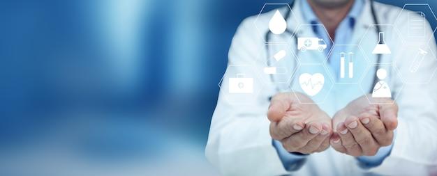 Vista di un medico che tiene l'icona medica