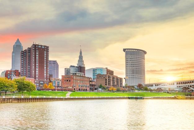 Vista del centro cittadino di cleveland skyline in ohio usa al tramonto
