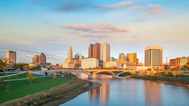 Vista del centro cittadino di columbus ohio skyline al tramonto in usa