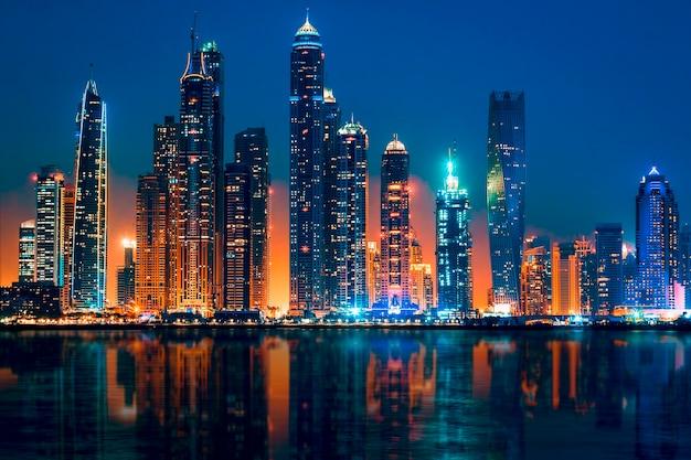 Vista di dubai di notte, emirati arabi uniti