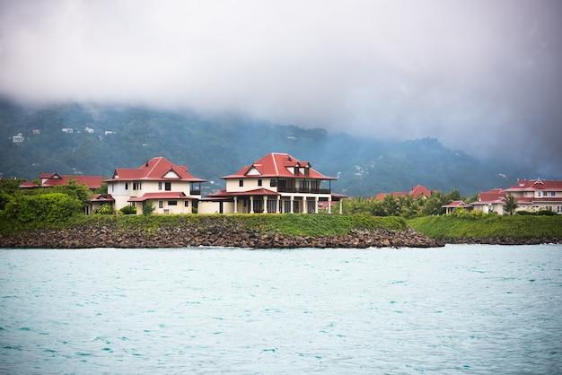 Vista di eden island, mahe, seychelles a tempo nuvoloso