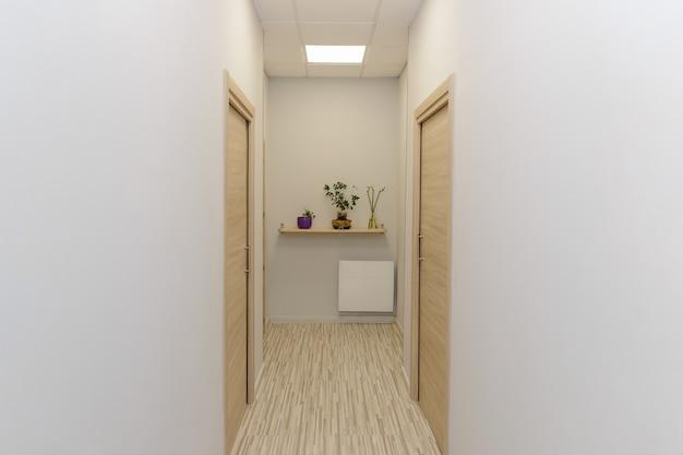 Vista del corridoio vuoto di una clinica medica