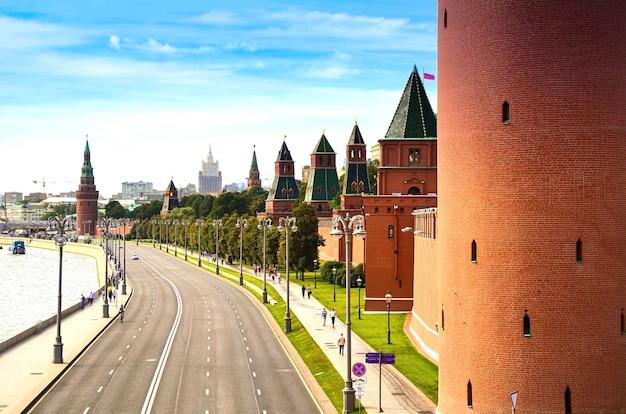 Vista del vuoto argine del cremlino con il muro della fortezza e le torri del cremlino di mosca russia