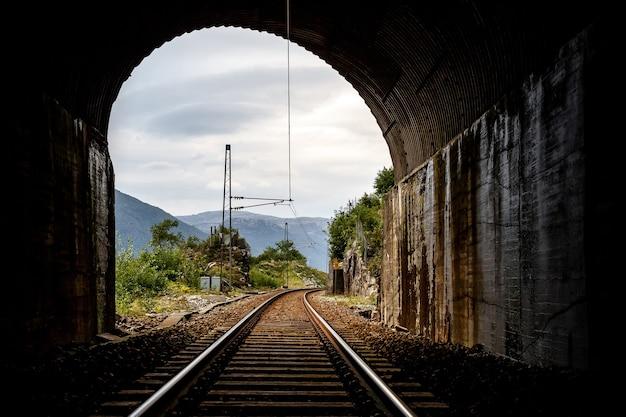 Vista della fine del tunnel. binario. ferrovia. una luce alla fine di un tunnel