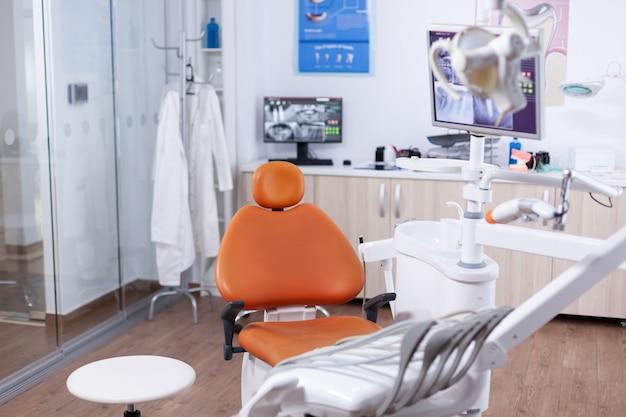 Visualizza l'attrezzatura nel moderno studio dentistico. apparecchiature per stomatologia in ospedale privato dentale senza nessuno al suo interno. diversi strumenti e strumenti dentali.