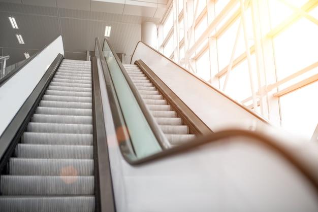 Vista sulle scale mobili in aeroporto