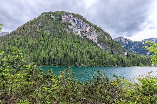 Vista della sera lago di braies nelle alpi italiane