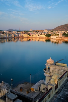 Vista della famosa città sacra indiana pushkar con pushkar ghats. rajasthan, india