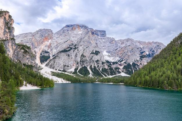 Vista del famoso lago di braies ai piedi di una montagna seekofel nelle alpi italiane