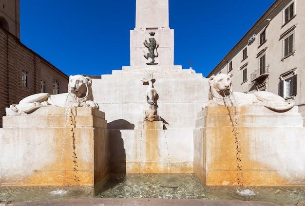 Guarda la famosa fontana dell'obelisco in piazza piazza federico ii nella città di jesi. marche, italia