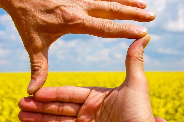 Visualizza in campo attraverso il telaio della mano