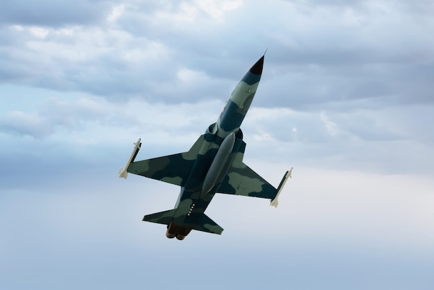 Vista di un jet da combattimento sopra le nuvole