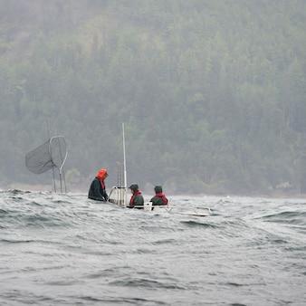 Veduta di pescatori in barca, distretto regionale skeena-queen charlotte, isola hippa, haida gwaii, gr
