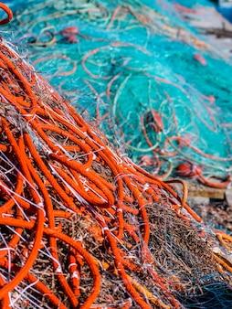 Vista di una rete da pesca nel molo.