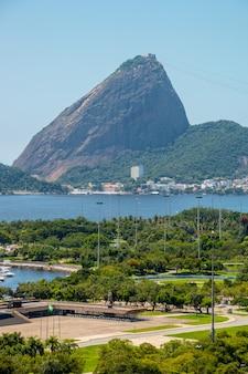 Vista della discarica fiamminga, del pan di zucchero e della baia di guanabara a rio de janeiro in brasile.