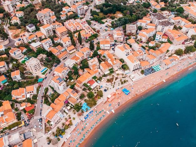 Vista dall'aria alla vecchia città europea sulla riva del mare adriatico, estate