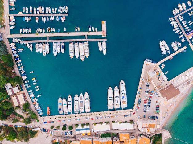 Vista dall'aria al molo con yacht ormeggiati, budva, montenegro
