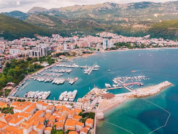 Vista dall'aria alla riva di budva in montenegro, giorno di estate