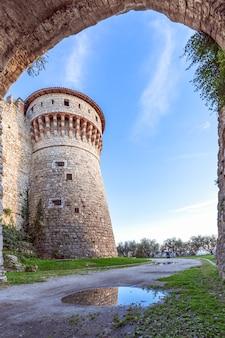 Vista dall'arco del ponte principale alla torre di osservazione del castello di brescia.