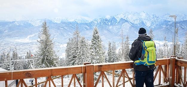 Vista dal retro. un uomo solo in piedi in alto sulle montagne guarda le montagne. zakopane, gubalowka.