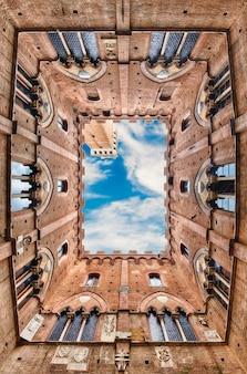 Vista dal basso, patio di palazzo pubblico, siena, italia