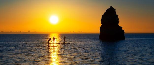 Vista dalla spiaggia di camilo all'alba, algarve, portogallo