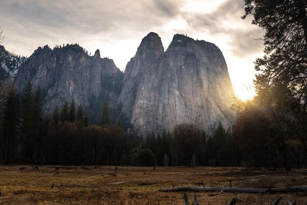 La vista dalla cattedrale oscilla verso est al parco nazionale di yosemite in california, stati uniti.