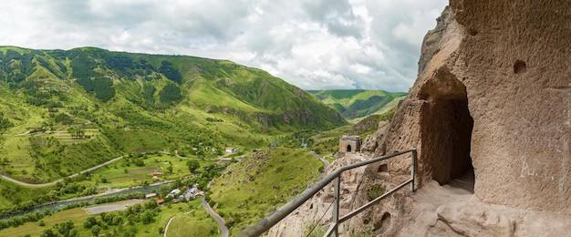 Vista dalle grotte del monastero vardzia georgia vardzia è un sito del monastero scavato nella grotta