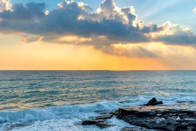 Vista dalla costa alla spiaggia di mahmutlar alanya sulla costa mediterranea turca al tramonto.