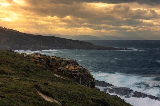 Vista dalla costa della montagna jaizkibel in hondarribia, paesi baschi.