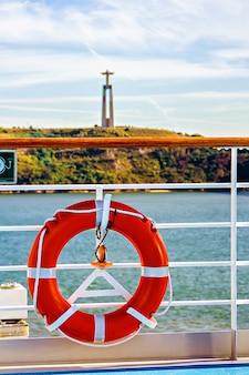 Vista dalla nave da crociera alla statua del cristo re ad almada, lisbona, portogallo