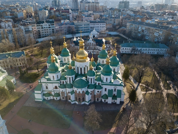 Vista dal drone della cattedrale di santa sofia nella città di kiev, ucraina. cattedrale di sophia - patrimonio mondiale dell'unesco. foto di drone