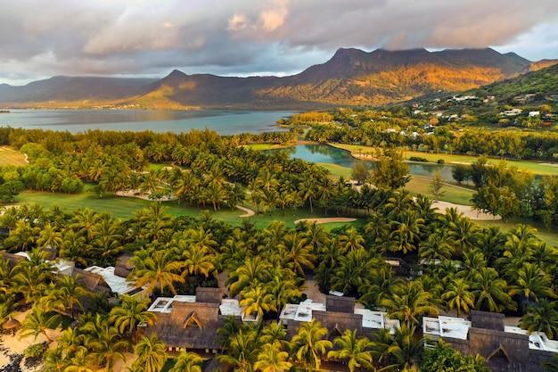 Vista dall'alto dell'isola di mauritius nell'oceano indiano e la penisola di le morne.