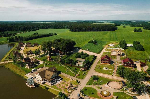 Vista dall'alto del lago in un campo verde a forma di ferro di cavallo e un villaggio nella regione di mogilev
